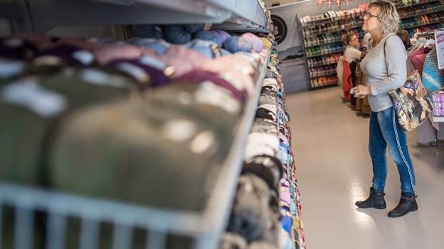 Dorthe Nielsen er meget tilfreds med det første år i Mayflower Showroom. Der kommer mange kunder i butikken, gerne langvejsfra også, og cafeer og workshops er velbesøgte.Foto: Martin Damgård
