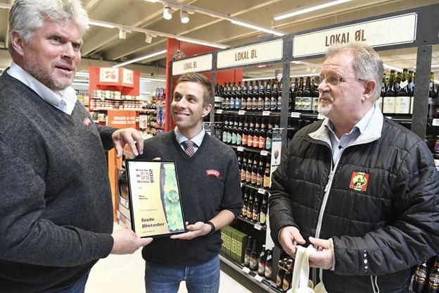 Købmand Henrik Svanhede og disponent Morten Nielsen fra Meny Hjørring modtog ølmærket fra ølentusiasterne - det skal op at hænge i butikken. Det er første gang lokalafdelingen har givet ølmærket og deres anerkendelse til en butik.