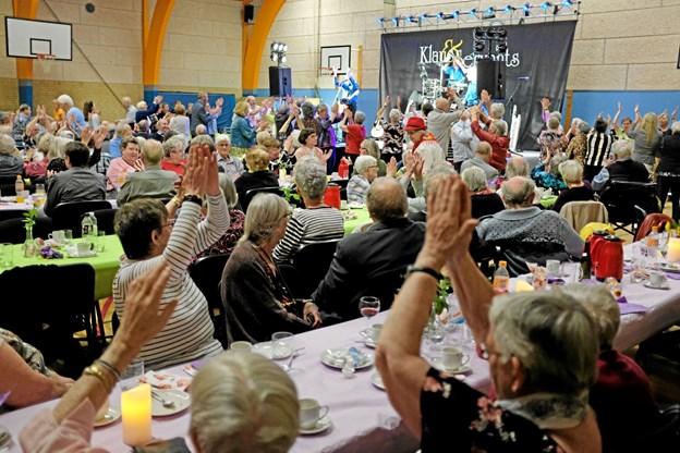 Selv de der ikke var på dansegulvet sang og klappede med på de glade sange og melodier. Foto: Niels Helver Niels Helver