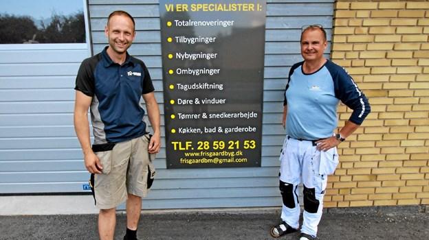 Tømrermester Morten Frisgård foran sin nye virksomhed i Dronninglund. Til højre ses malermester Kim Jensen. Foto: Jørgen Ingvardsen