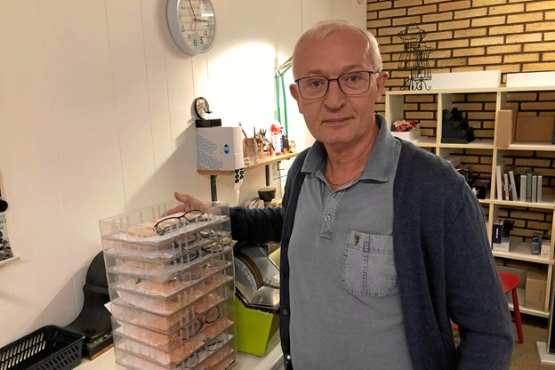 - Jeg sliber endnu, lyder det fra Peter Toft, der har solgt 104 par briller i jubilæumsugen forleden. Foto: Carsten Hougaard
