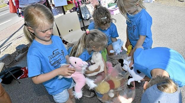 Alle børn der besøgte butikken på fødselsdagen, fik et krammedyr efter frit-valg. Foto: Ole Iversen