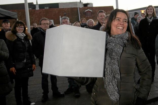 Det blev Henriette Münster der greb klodsen, og fik æren af at placere den først blok. Foto: Peter Jørgensen Peter Jørgensen
