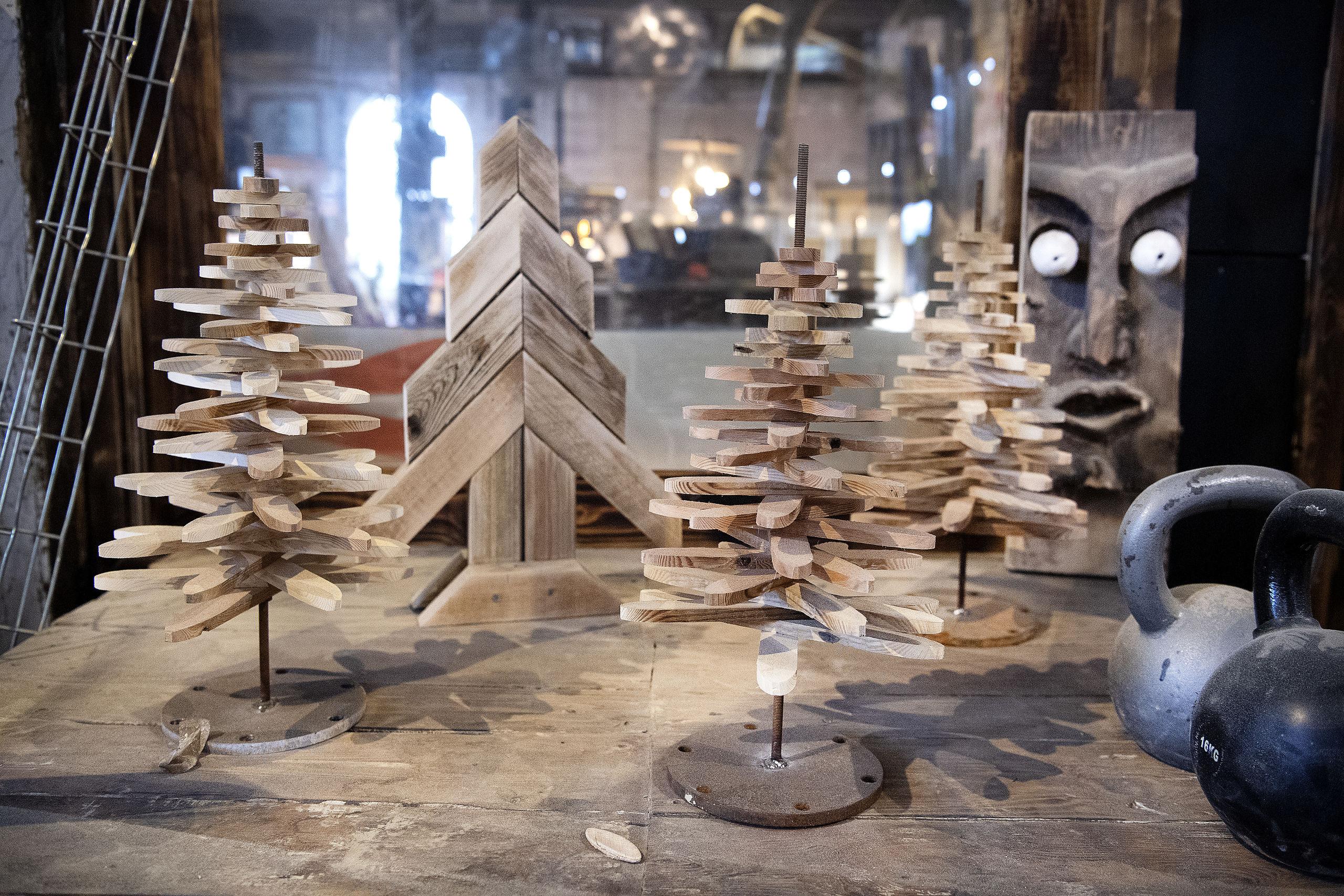 Juletræerne her er noget af det, man kan købe på julemarkedet. Foto: Peter Mørk