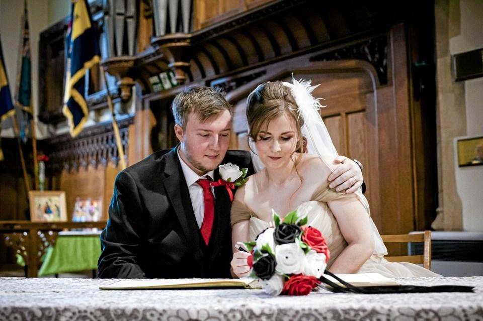 Bryllupspapirerne (som ikke må fotograferes) underskrives. Foto: Angela Geldenhuys