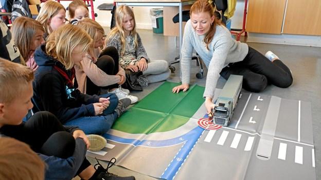 Underviser Stine Rasmussen demonstrerer de farlige situationer, børnene kan blive udsat for i trafikken. Foto: Niels Helver Niels Helver