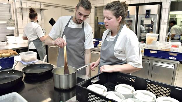 Der blev arbejdet side om side i køkkenet, hvor begge restauranters kokke måtte dele pladsen. Foto: Bente Poder
