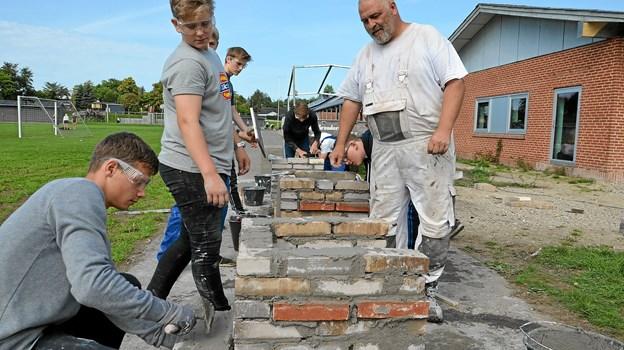 Henrik Petersen, murer hos Brdr. Nielsen, underviste eleverne i murerfaget. Foto: Jesper Bøss