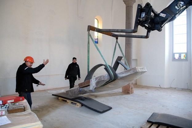 Håndværkerne var yderst forsigtige med at hæve Kristus til hans nye plads i kirken.Foto: Henrik Louis HENRIK LOUIS