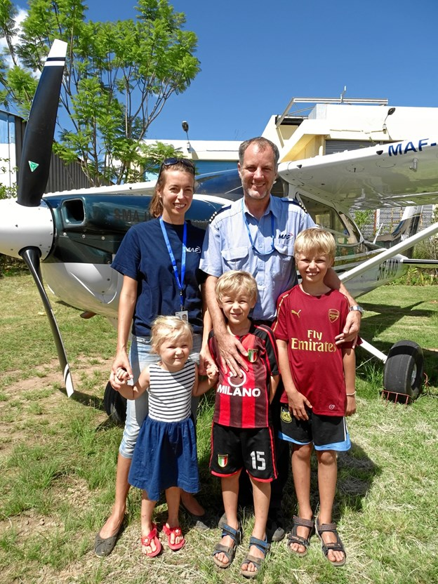 Kenneth Pedersen sammen med familien, som er flyttet med til Madagascar. Privatfoto