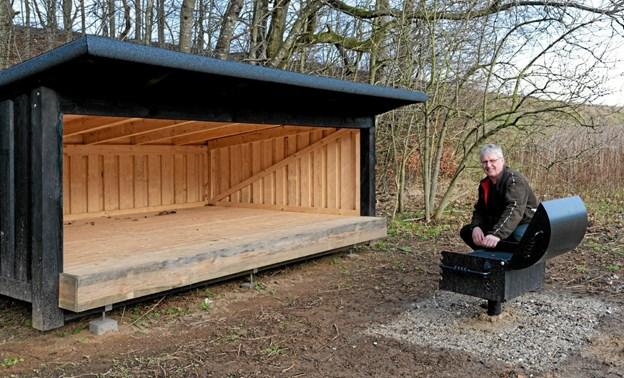 Skovfoged Mogens Sonne Hansen viser det nye shelterområde og grill, der ligger få hundrede meter fra Hovedparkeringspladsen. Foto: Niels Helver Niels Helver