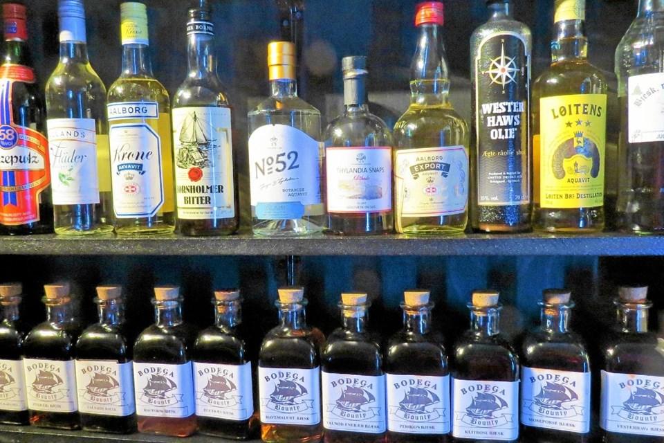 Bounty får fremstillet egen bjæsk. Desuden bydes der på en meget stort udvalg af gin og anden spiritus. Foto: Kirsten Olsen Kirsten Olsen