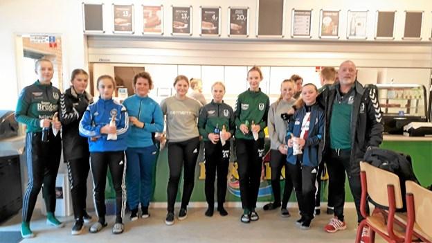 Thomas Østergaard og pigerne sluttede - som drengene - træningen med en omgang hotdog. Foto: Karl Erik Hansen Karl Erik Hansen