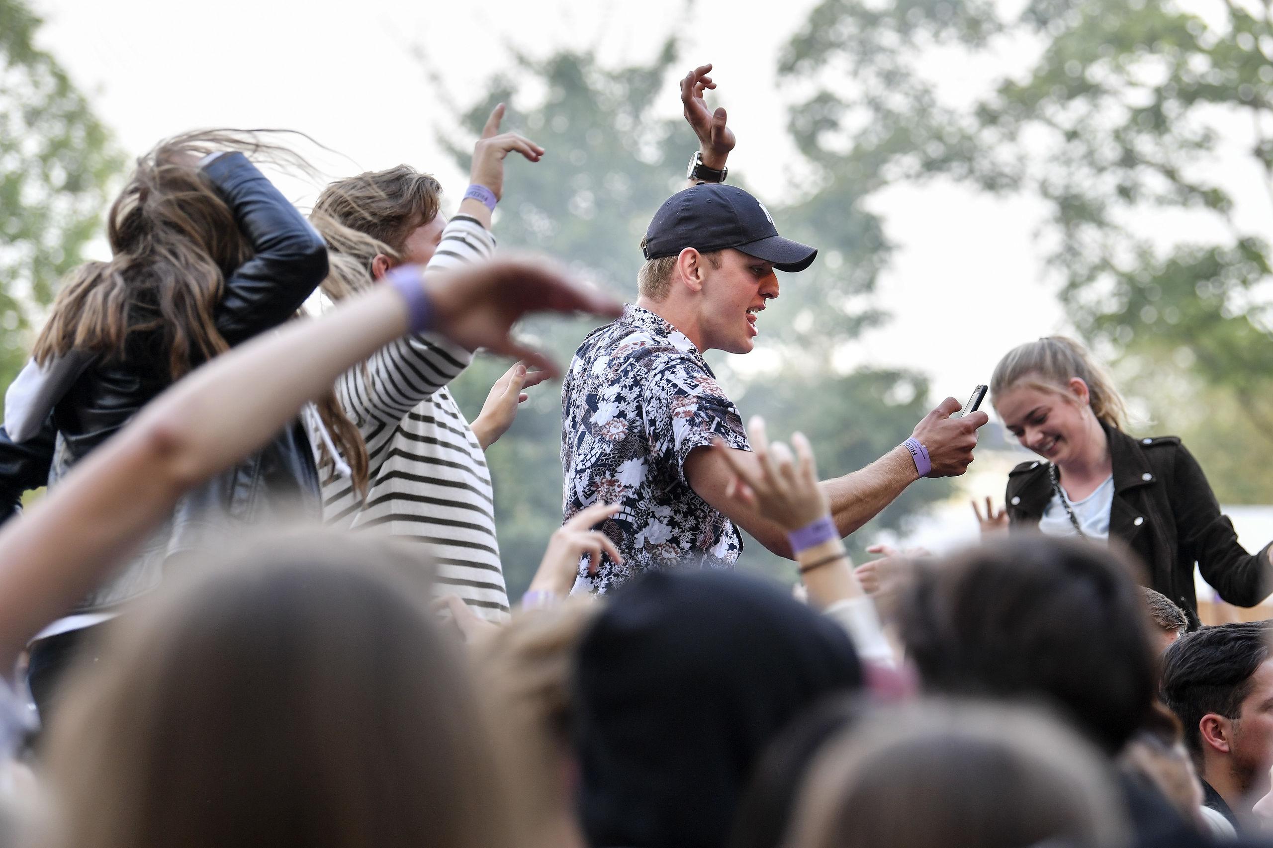 Fredagsfest i Karolinelund satte publikumsrekord i 2018, nu er det første navn klar til sommerens koncertrække. Arkivfoto: Claus Søndberg