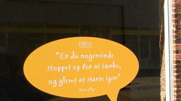 Poesiparkens nye tiltag omfatter talebobler med sjove, skæve citater på fem tomme butiksfacader i Frederikshavn midtby, og der er flere på vej. Her er det et Peter Plys citat.