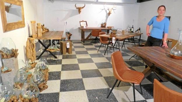 Ninna Friis ses her i det nye showroom med bl.a. gedigne møbler. Foto: hhr-freelance.dk
