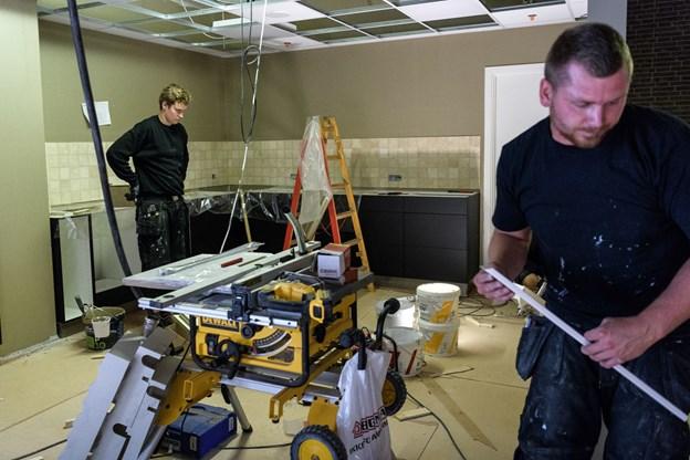 Håndværkerne giver den fuld gas de kommende dage, sådan at køkkenet er klar, til der kommer varer på mandag, og personalet kan gå i gang med at hakke og snitte. Foto: Nicolas Cho Meier
