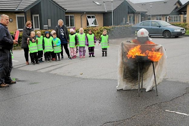 Der slukkes en gryde med ild. Foto: Flemming Dahl Jensen