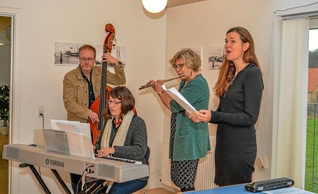 De fremmødte dannede et kor, som blev ledet af musik fra klaver, bas, fløjte og sanger. Foto: Mogens Lynge