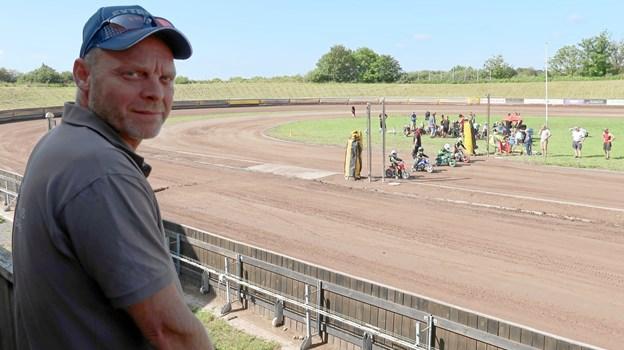 Speedwaycampen er en travl uge for formand Alex Thomsen, som også har sit eget malerfirma at passe i løbet af dagen. Ude på banen er der gang i starttræning for microkørerne.