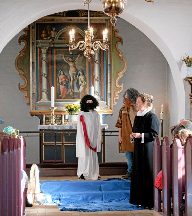 Iben Aldal prædikede over søndagens tekst, hvor Jesus bliver døbt af Johannes Døberen. Konfirmander medvirkede til levendegøre fortællingen. Foto: Niels Helver Niels Helver