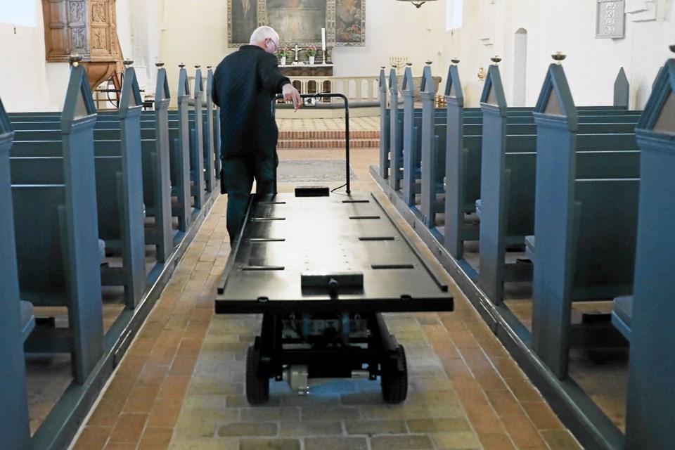 De nye kistevogne letter arbejdet for kirkegårdsmedarbejderne. Foto: Allan Mortensen