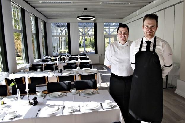 Rune Thomsen og Costin Cernica overtog forpagtningen 1. februar, og de glæder sig over de nye lyse omgivelser i restauranten. Foto: Kurt Bering