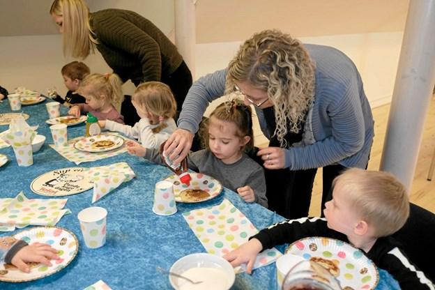 Der bliver serveret pandekager til de mange børn, og de får alle dem, de kan spise. Foto: Niels Helver Niels Helver