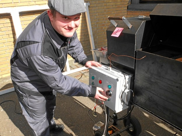 Emil Bisgaard Mortensen har sammen med andre lavet en grill, som fyres med træpiller og kan styres som en anden ovn.