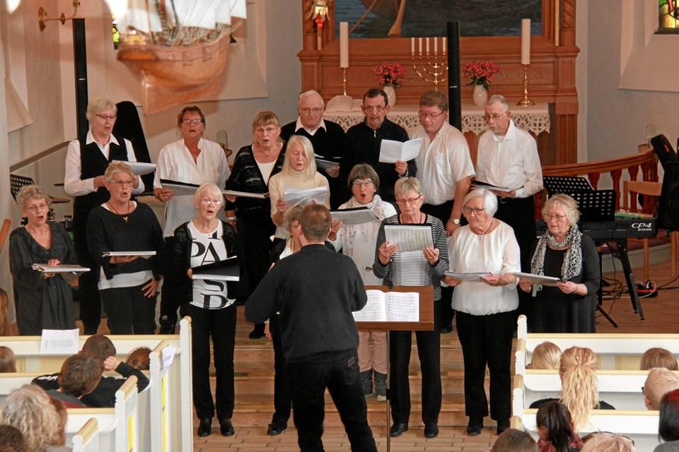 Flere af de forskellige kor i Løgstør-området optrådte også i forbindelse med sangaftenen i Løgstør Kirke. Privatfoto