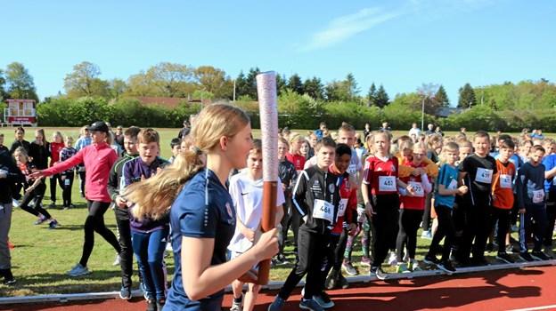 Som ved det rigtige OL, hvor der kommer en løber ind med faklen, er det her Isabella Fisher der tog en runde på stadion. Foto: Tommy Thomsen Tommy Thomsen
