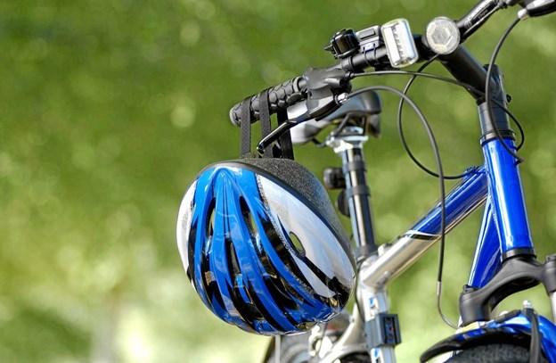 Cykel med cykelhjelm på styret er blikfanget for årets kampagne