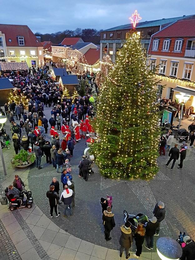Hvad er mere festligt end det store, lysende juletræ på torvet i Sæby. Privatfoto.