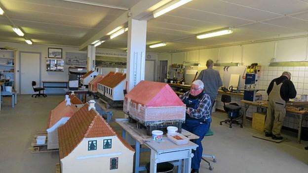 Minibyggerne arbejder med at skabe flere nye modeller af Løkken i minformat til minibyen i Vendsyssel Plantage.  Aktivfoto: Kirsten Olsen