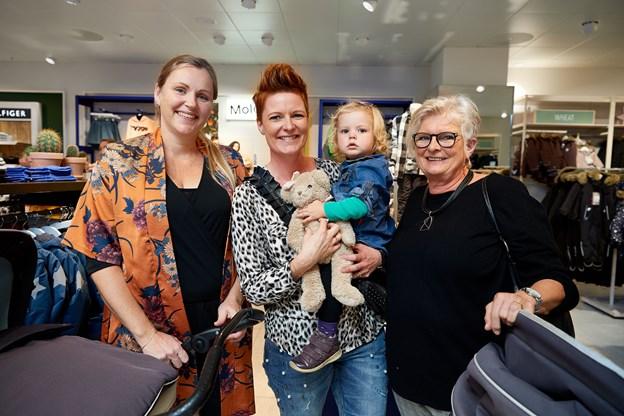 Malene Skjelmose (i midten med lille Kaya) var på lidt af en nostalgitur med sin mor, Inga Nissen og veninden Charlotte Kragh-Pedersen.   - Jeg er udlært her i parfumeafdelingen i 90´erne, fortalte hun.
