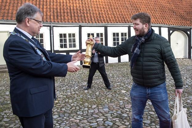 På gårdspladsen på Bratskov kunne Kenneth Toft-Hansen stolt fremvise den gyldne statuette som tegn på sejr ved Bucose d'Or til borgmester Mogens Chr. Gade. Foto: Henrik Bo © Henrik Bo