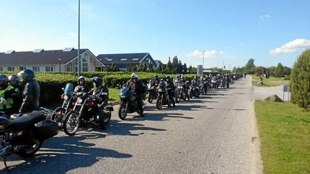 Fredag kører et større antal motorcyklister atter i samlet kortege fra Mariager Havn til julemærkehjemmet i Hobro. Medbringende en net donation til forstander Lise Claeson. Privatfoto