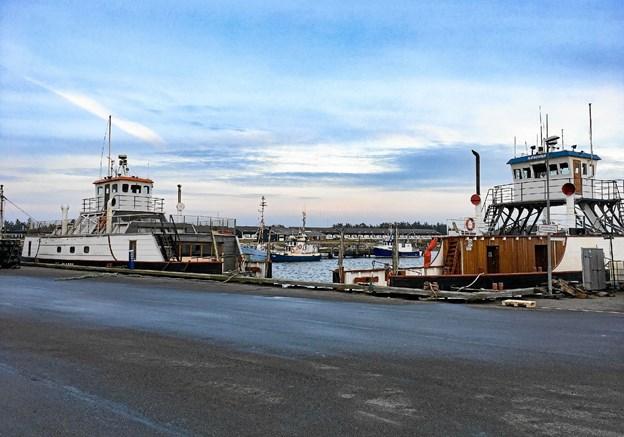 Næssund (th.) er i drift som færge, men Plagen i dag fungerer som husbåd. Foto: Henrik Olsen, Næssundfærgens venner. Foto: Ole Iversen Ole Iversen