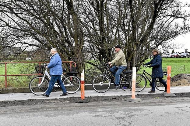 Tager man hensyn til fodgængerne, kan stien til nød benyttes af cyklister.