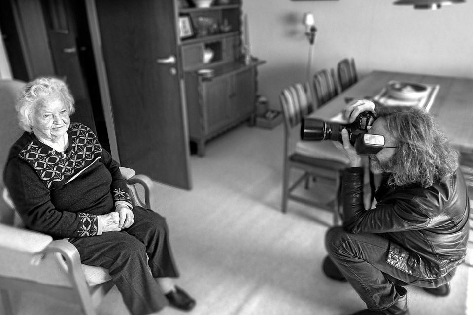 Finn Kruse, fotograf på projektet 0-100 år i Jammerbugt, i gang med at portrættere 92-årige Gudrun Carstensen i Kaas. Portrætterne bliver i sort-hvid, derfor har fotografen også valgt denne løsning til dette billede. Foto: Lise Nielsen