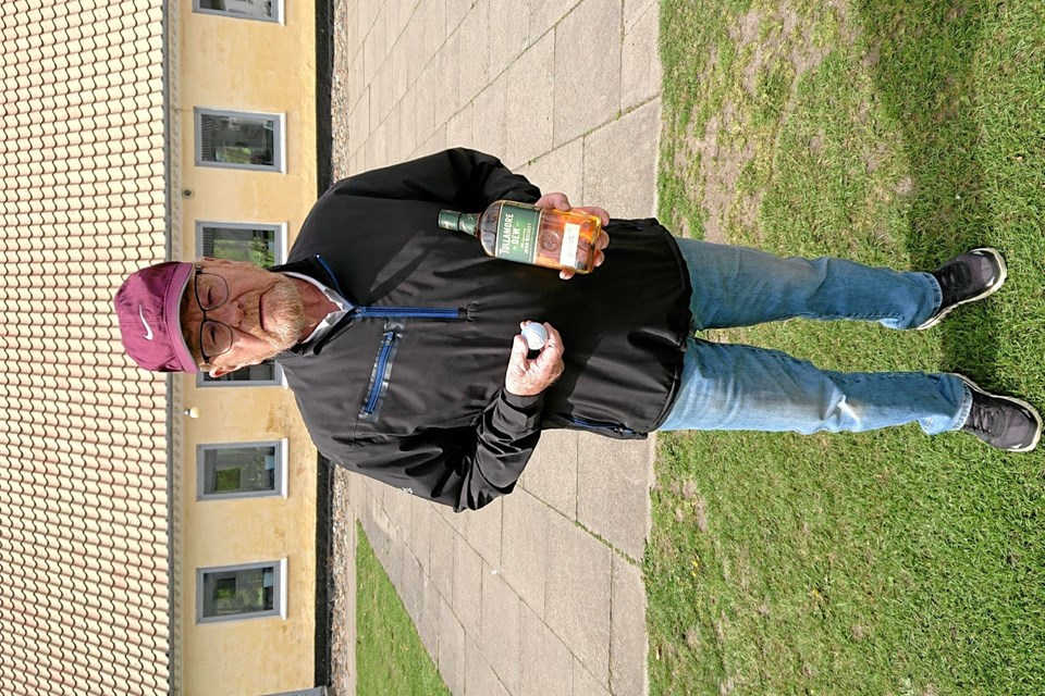 På billedet ses Jens Chr. Løth med bold og whisky. Foto: Aabybro Golfklub