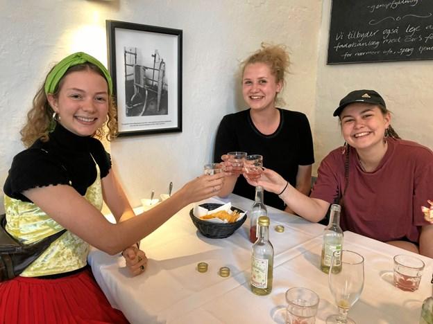 Tre nu nybagte studenter, Maiken Bülow Funder, Anna Louise Rasmussen og Anne Louise Toxværd, gav mange roser til most- og saft ferien. Privatfoto