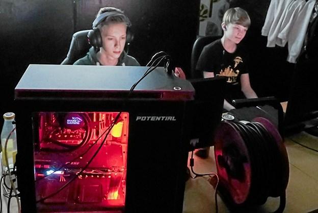 Med chips, sodavand, gaming headset, og lynhurtige processorer i lysende kabinetter, var spillere klar til mini LAN turneringen. Foto: Peter Jørgensen