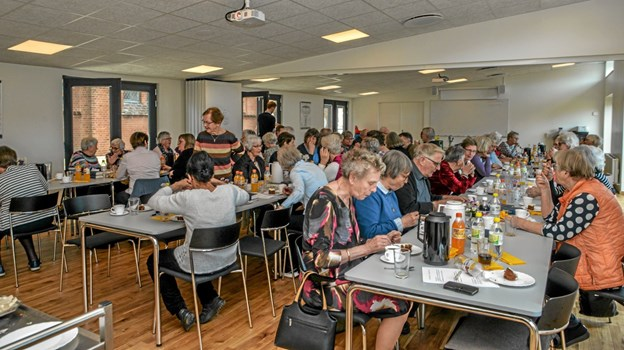 64 deltagere i Folkekirkens Nødhjælps møde for Nordjylland i Løgstør sognehus med 20 deltagere fra butikken i Løgstør. Foto: Mogens Lynge