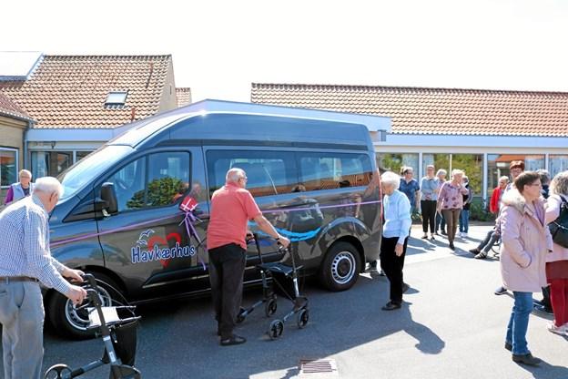 Den nye Ford Transit til 9 personer blev besigtiget af beboerne og andre interesserede. Foto: Tommy Thomsen Tommy Thomsen