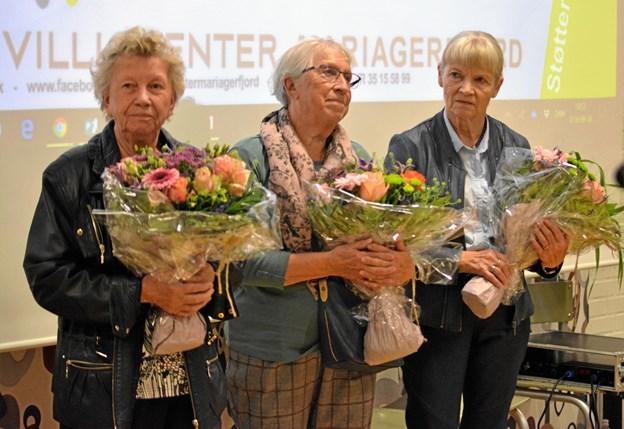 """Årets frivilligpris gik til Edith """"Ditte"""" Knudsen, mangeårig frivillig i Biecentret i Hobro. Der var også buketter og påskønnelse til de to nominerede frivllige Anne-Lise Rasmussen (i midten), besøgsven hos Røde Kors Arden og Aino Jensen (yderst th.), frivillig på demenscenter Skovgården i Hadsund. Privatfoto"""