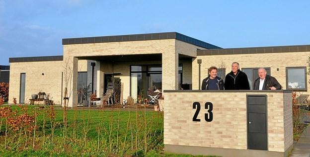 Skelbakken 23 vandt sidste år prisen som Årets Nybyggeri i Hjallerup 2017. Bedømmelses- og dommerkomitéen med fra venstre Preben Rottbøl, Vagn Kraglund og Karsten Frederiksen står her foran sidste års vinder.Foto: Ole Torp