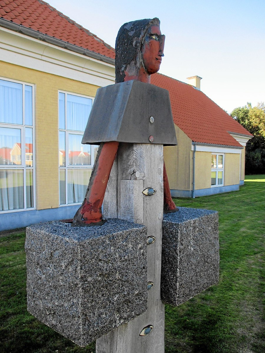 Niels Helledies skulptur af kvinden med åget blev opstillet i 1999 ved træningscenteret nær Skagen Sygehus.  Foto: Lokalhistorisk Arkiv Skagen