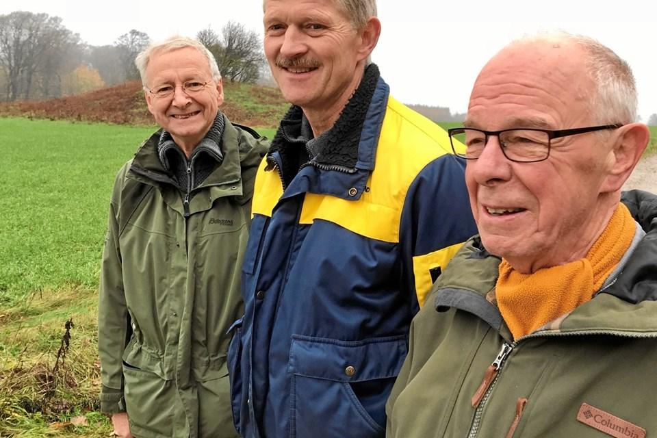 Landmand Per Kragelund, Arden, flankeret af til venstre Henrik Houmøller, der er stævnepladsansvarlig, og stævneleder Otto Møller, begge fra Rold Skov Orienteringsklub. Privatfoto