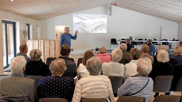Forud for generalforsamlingen fortalte Thorkild Schou fra Foreningen Tolne Skovpavillon om omdannelsen af Glassalen til Stakladen. Foto: Niels Helver